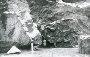 abgebrochener Nagelfluhblock mit Mühlsteinabrissen