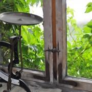 eine alte Waage in der Wachinger Naturkostmühle